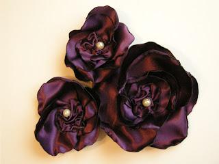 trzy fioletowe broszki