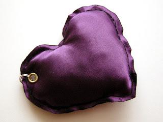 breloki - poduszeczki (fioletowe większe serduszko)