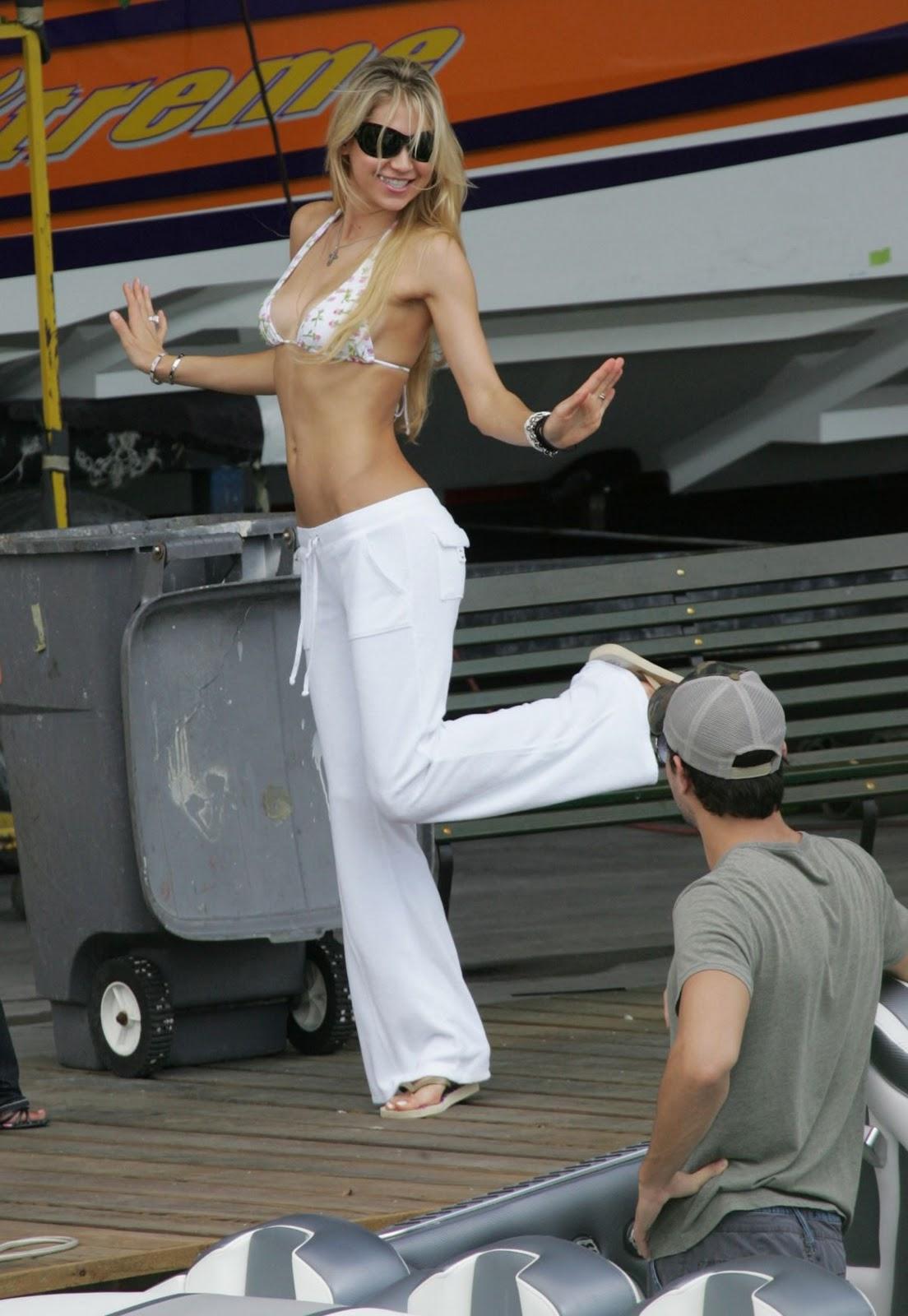 http://1.bp.blogspot.com/_WDCWEjl45FQ/TOwza449ixI/AAAAAAAAAis/xqFfTx2G6Mk/s1600/anna-kournikova-bikini-1-01.jpg