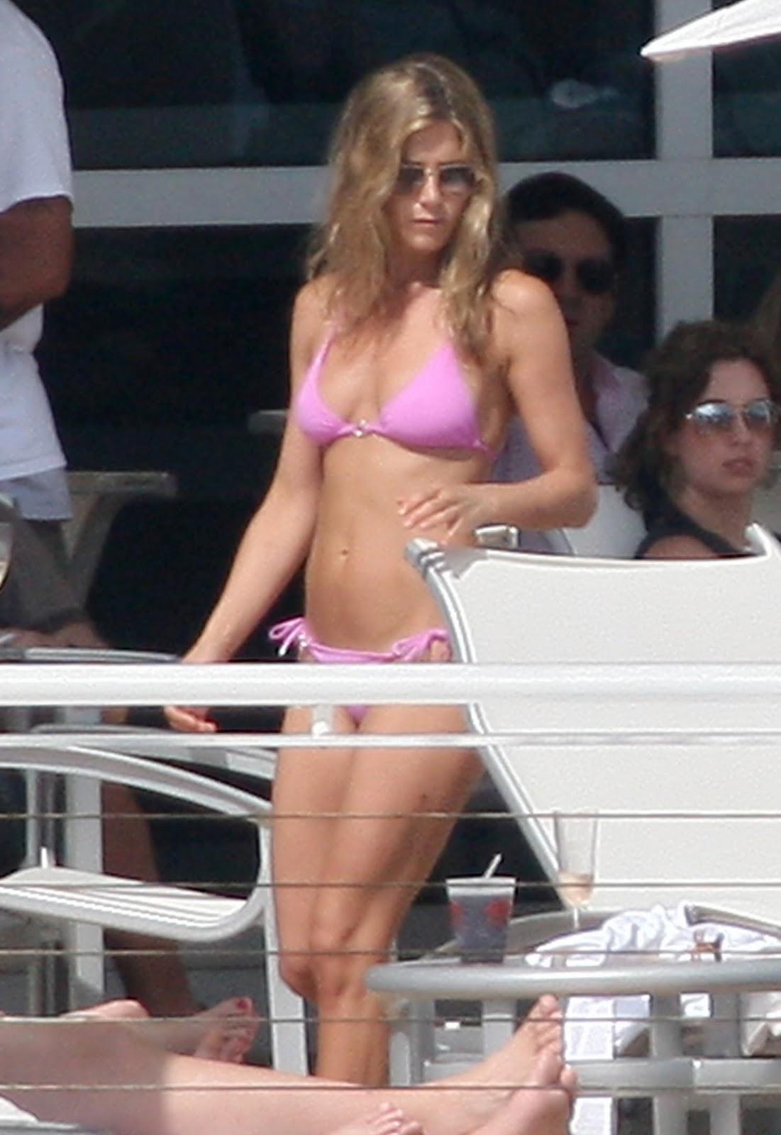 http://1.bp.blogspot.com/_WDCWEjl45FQ/TSTCmA9hcOI/AAAAAAAAB1w/Wfphhk7EFh0/s1600/jennifer-aniston-bikini-john-mayer-2-12.jpg