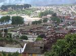 Pisaje de ciudad costera con influencia de cordones montañosos