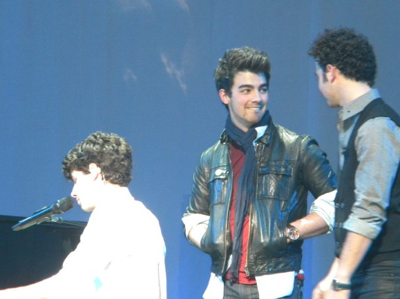 Jonas Brothers: Candids&Noticias [CLOSED] - Página 2 Nick-beacon-joe%2B(2)