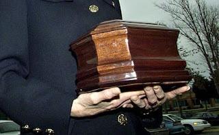 Melukis Potret Dengan Abu Jenazah Kremasi