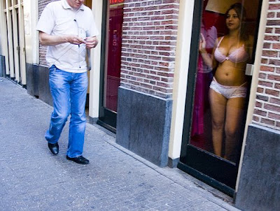 http://1.bp.blogspot.com/_WO3mvkl3XO8/SQV2gLp9-pI/AAAAAAAAD9w/gHOiYel3oKM/s400/amsterdam-prostitute-red-light-district-girl.jpg