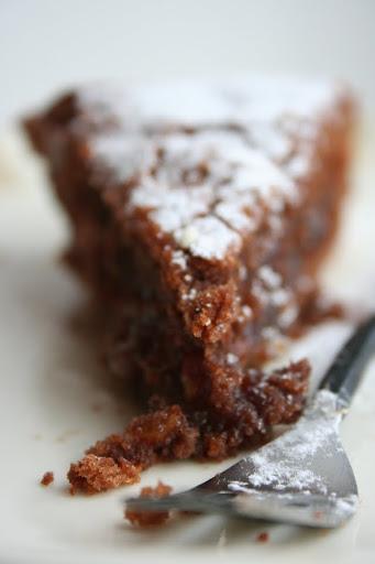 Ciasto czekoladowe przekładane masą z daktyli