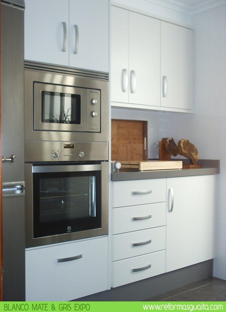 Cocina blanco mate con bancada en gris reformas guaita for Elemento de cocina gris