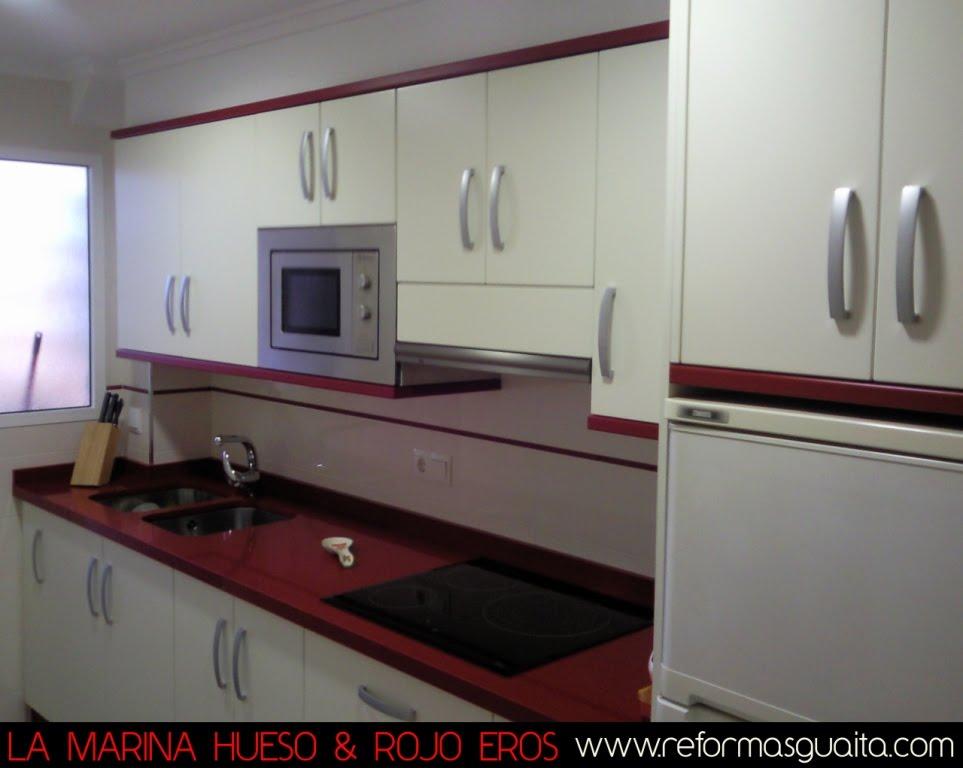 Elegante cocina en hueso rojo reformas guaita - Mueble alto microondas ...