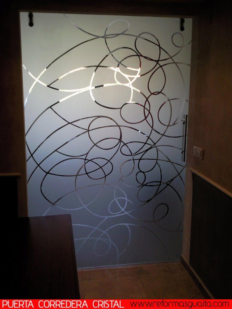 Puerta corredera con gu a vista en cristal reformas guaita - Como colocar una puerta corredera ...