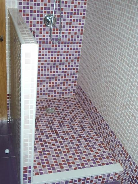 Baños Duchas Gresite: este plato de obra con azulejos a juego con las paredes de la ducha