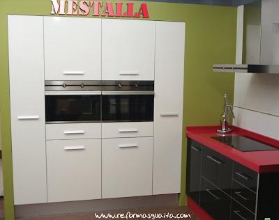 Cocina fucsia y blanca decorar tu casa es - Cocinas rosa fucsia ...
