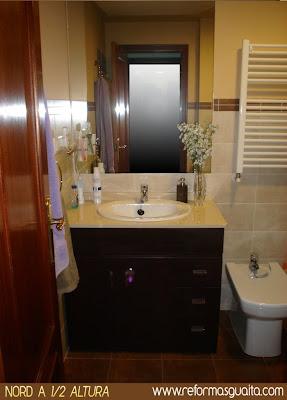 foto baño beige marron secatoallas