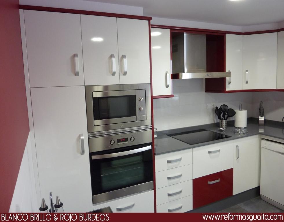 Cocina en blanco y rojo burdeos reformas guaita - Cocinas color burdeos ...