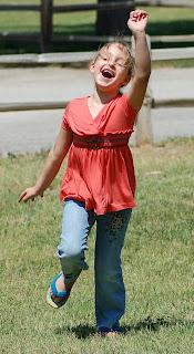 Девочка бежит в детский сад