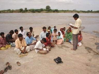 Foto Pregador diante de pequeno grupo de pessoas