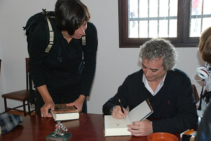 Ildefonso Falcones signing our copies of La mano de Fátima - photo: Encarni Barragán