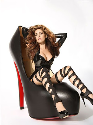 Kelly Brook Sizzles In Hot Photoshoot
