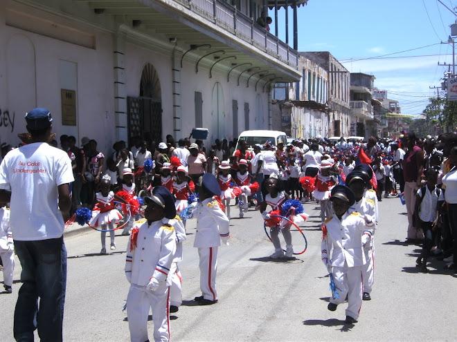 Des enfants de Cap-Haïtien célèbrent la fête du drapeau le 18 mai 2009.