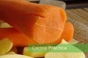 Zanahoria y patatas, ingredientes principales de esta receta de cocina fácil y económica.