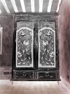 lo stesso armadio decapato di prima potrebbe avere un aspetto completamente diverso, nero e decorato a fiori bianchi