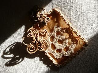 Gioielli di carta, filo, corda, tessuto, legno, metallo ed altri materiali poveri - ciondolo 3