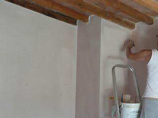 Per rinfrescare le pareti della Stanza Cipria ho dato una mano di calce che ho colorato con pigmenti in polvere.