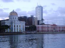 Rio Capibaribe e ao fundo Rua da Aurora