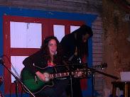 Henya tocando junto a Tony Almo