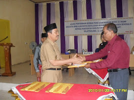 Drs Syamsuar bupati kep meranti terima map berisi berkas jumlah kursi anggota dewan dari KPUD BKS