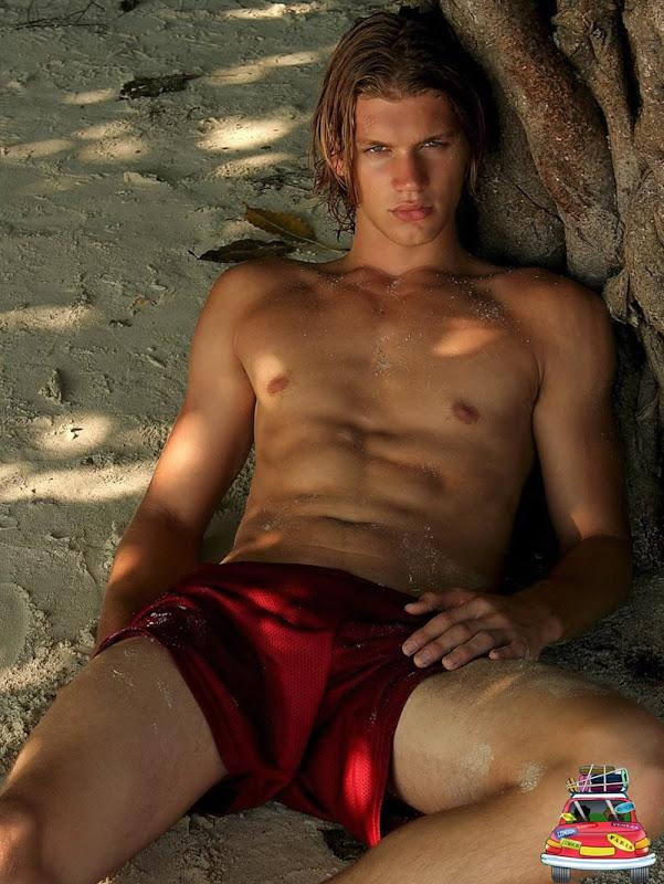 homem sarado fotografia na praia semi nu