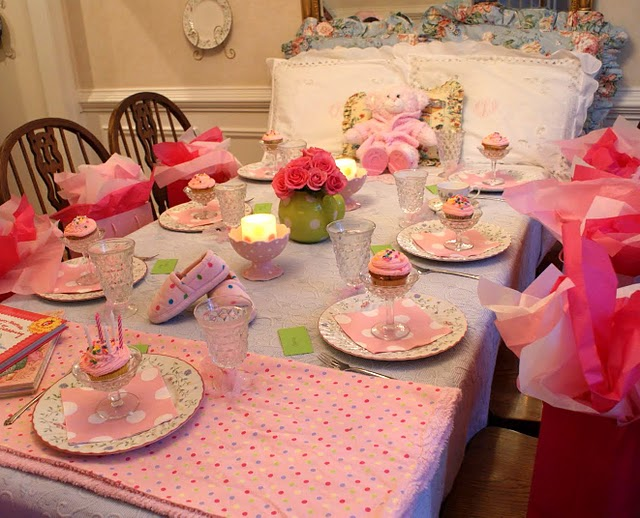 Pictures of Slumber Party Decorations http://katelandersevents.blogspot.com/2010/06/slumber-party.html