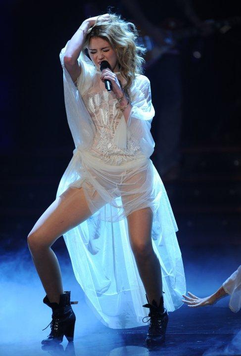 http://1.bp.blogspot.com/_XDwNyOO0uq0/TNflOHUv6_I/AAAAAAAABI0/6FS0tqP0zWc/s1600/Miley+Cyrus_10_11_2011.jpg