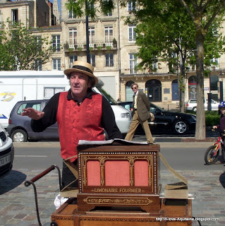 Local singer by the quays in Bordeaux