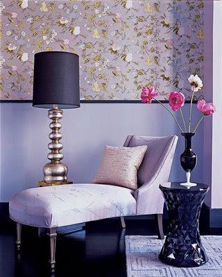 رونق البنفسجي في أرجاء المنزل وديكور بنفسجي Model_home_06+Elle+Decor+chaise+lounge+purple+wallpaper+flowers