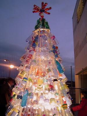 un rbol de navidad reciclando botellas
