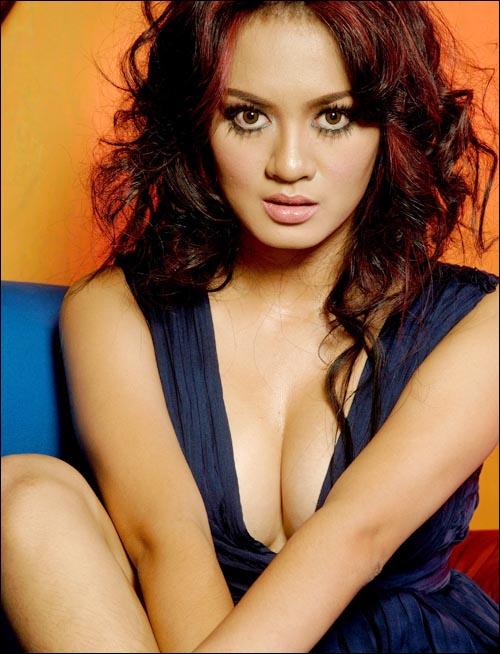 Yeyen Lydia Sexy Photos artis sexy indonesia yg bertoket besar.