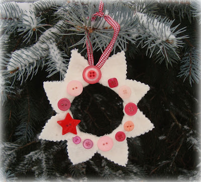 Holiday Crafts Made From Buttons http://make-handmade.com/2010/12/25/felty-star-wreath-with-buttons/