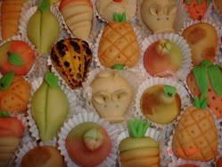 Bolos de Doce Fino com frutas e porcos