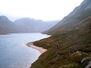 http://1.bp.blogspot.com/_XNaR2xZW8eA/SBcqNssZ6SI/AAAAAAAAAlU/4iT8TedXzqI/s320/Cairngorms+walks+from+Aviemore+along+Loch+Avon.jpg