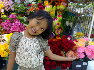 Foto Dhea di taman bunga