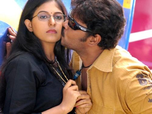 Aayutham Sei Movie Sundar C Kissing Scene
