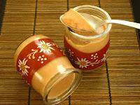 petits pots de crème aux dattes, cannelle, noisettes
