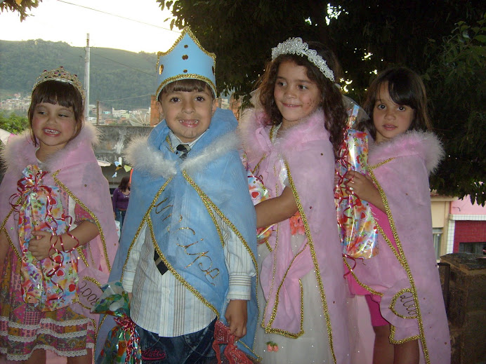 "O príncipe e as princesas do ""arraiá""."