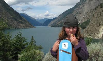 I autocamper gør vi stop ved opdæmmet sø denfor Lillooet, British Columbia, Canada
