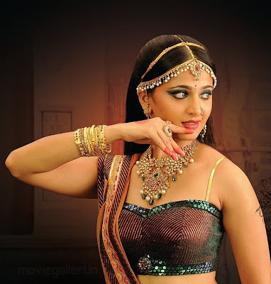 http://1.bp.blogspot.com/_XmYwA_GdPeo/TQ0Wee9nb5I/AAAAAAAAM8c/s3fYBNGotic/s400/Anushka+Shetty+Indian+Jewellery+Photo+Shoot-2.jpg