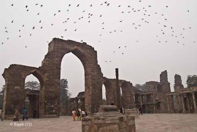 Posted by Ripple (VJ) : A Foggy Day @ qutub Minar, Delhi : Quwwat al-Islam Mosque with Iron Pillar...