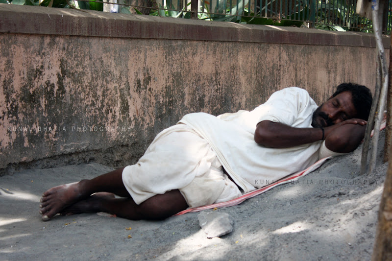 people sleeping on the road in mumbai by kunal bhatia