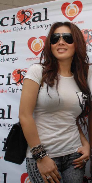 Hot Syahrini picture 301 x 600 33 kB jpeg