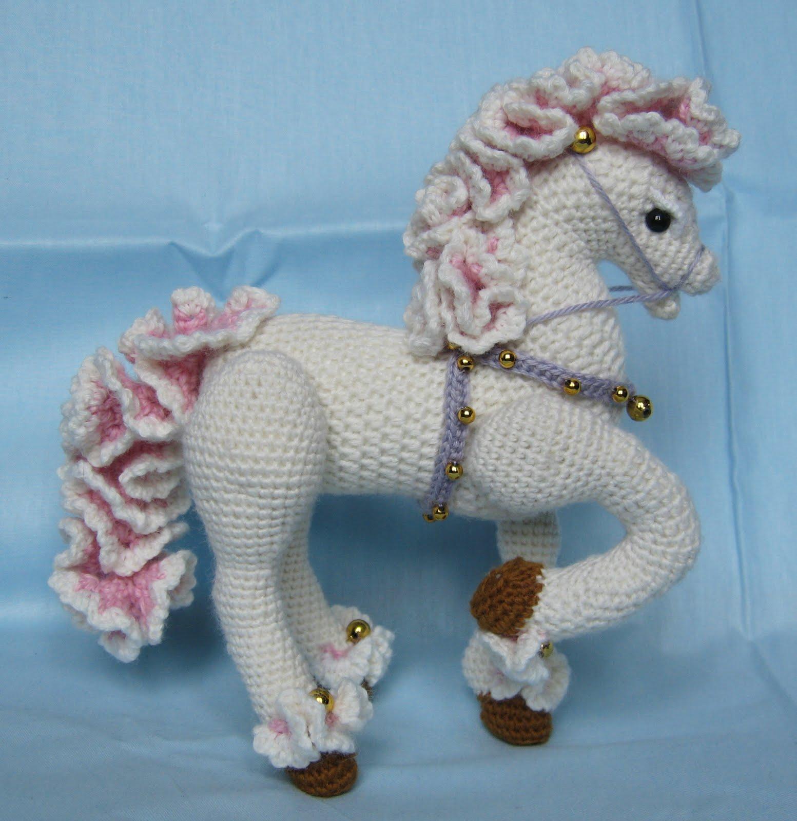 Вязанные крючком лошадки
