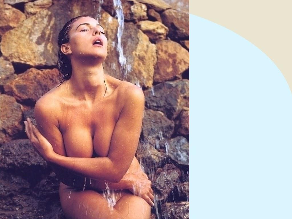 http://1.bp.blogspot.com/_YEl9bNJ-nnY/TBpvqOXAbdI/AAAAAAAAB9o/PwUUy9NkSeg/s1600/Monica-Bellucci-Waterfall-1-1024x768.jpg
