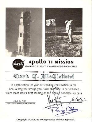 """Uzn�n� Clarku McClellandovi od Neila Armstronga, Michaela Collinse a """"Buzze"""" Aldrina"""